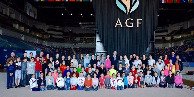 Azərbaycanlı gimnastlar yazıçı Çingiz Abdullayevlə görüşüb