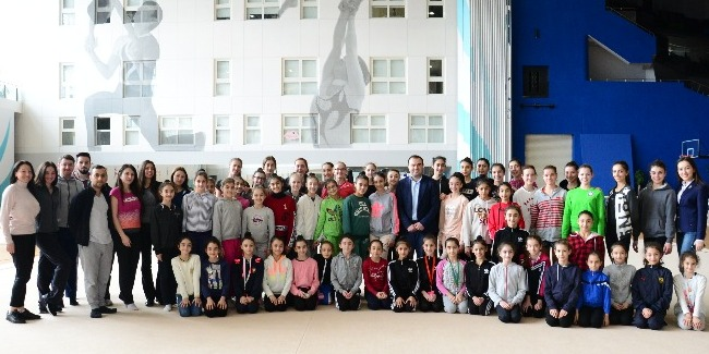 Young Azerbaijani gymnasts meet with Azerbaijani chess Grandmaster