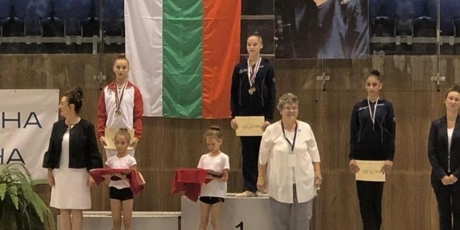 Bədii gimnastlar Varnadan medallarla qayıdır